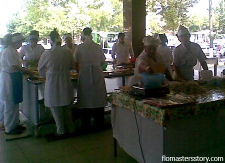 Девушки режут мясо и тесто для нарына