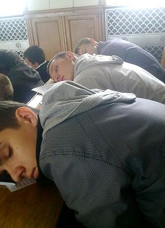спят студенты на паре