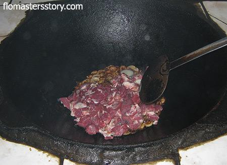 кладем мясо в лук и тушим