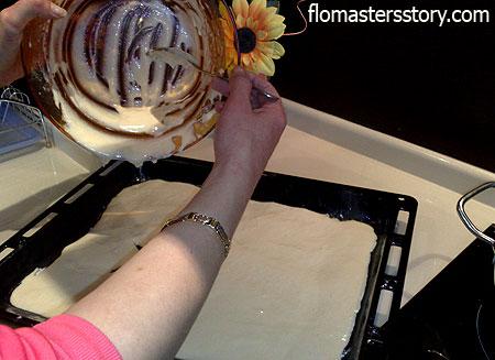 выливаем тесто на поднос