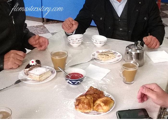 пирожные в кафе