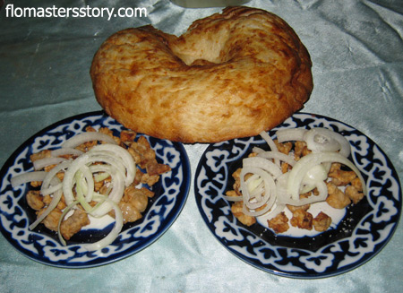 обжаренное курдючное сало с луком и узбекской лепешкой очень вкусно
